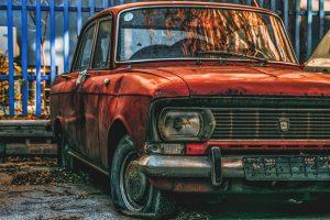 стар автомобил пред блока боклук